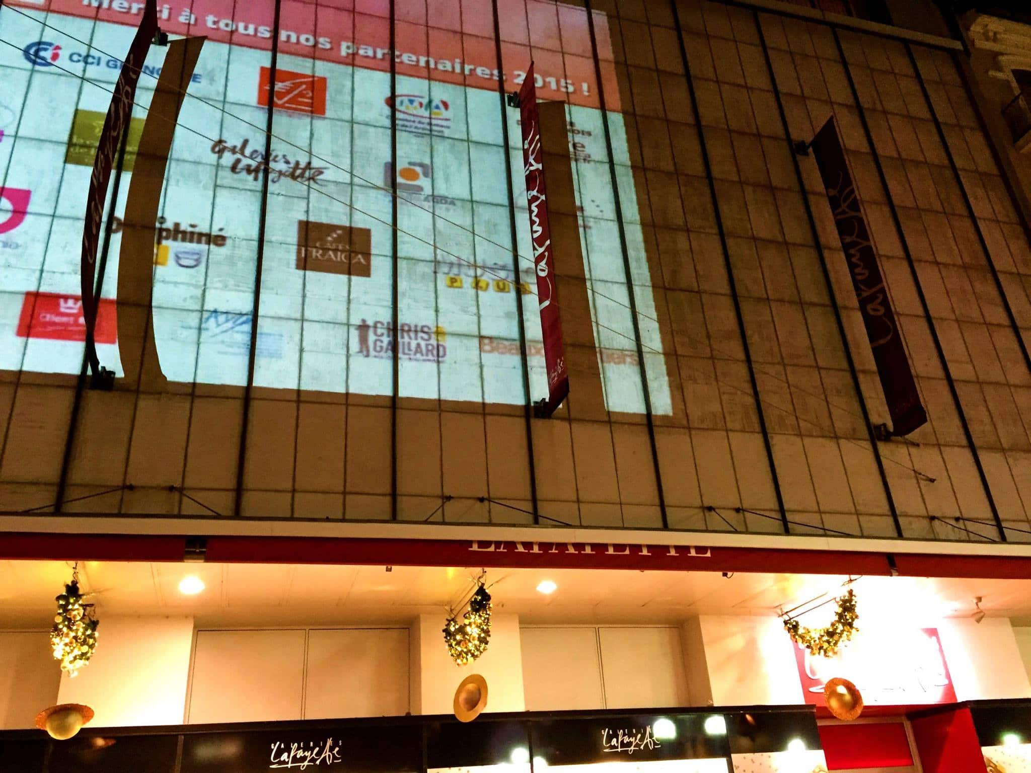 Logo Chris Gaillard projeté sur la façade des galeries Lafayette à grenoble